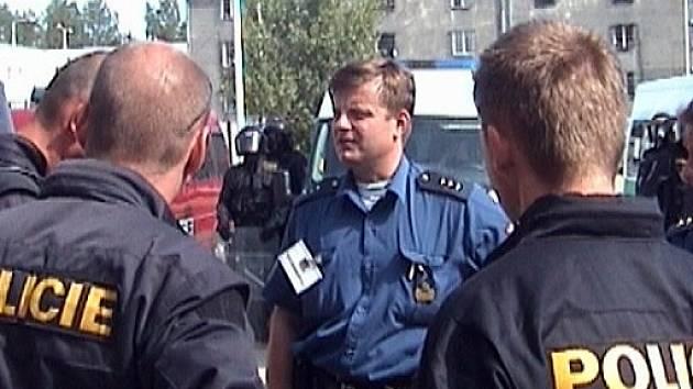 VYJEDNAVAČ vězeňské služby seznamuje policisty s podmínkami, které si vězni kladou.