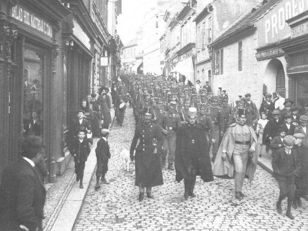 ODDÍL RAKOUSKO-UHERSKÉ armády pochoduje za 1. světové války Pražskou ulicí (dnes Ivana Olbrachta) vedoucí k Dvořákovým sadům u divadla.