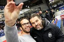 Kladno - Benátky, zápas se konal zároveň jako oslava ke 100 letům výročí založení republiky. Jaromír Jágr a Radek Štěpánek dělají selfie...