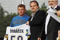 Otakar Černý (uprostřed) s legendárním hokejistou Kladna Jiřím Dudáčkem (vlevo) a primátorem Kladna Danem Jiránkem.