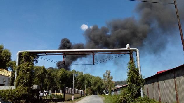 Hustý černý dým byl vidět z širokého okolí.