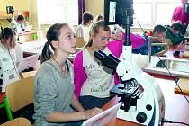 JEDNA Z UČEBEN v kladenské střední průmyslové škole stavební a obchodní akademii. Díky projektu podpořeného Evropskou unií dostali studenti například nové mikroskopy a tablety.