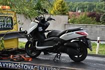 Dopravní nehoda v Kamenných Žehrovicích: střet motocyklu Yamaha X‑Max 125 a osobního automobilu Ford Focus.