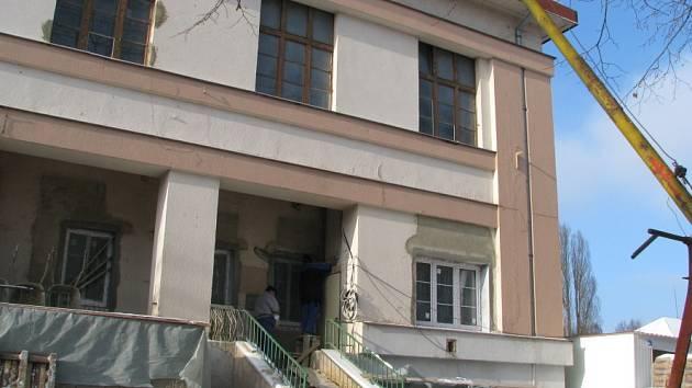 Rekonstrukce budovy, kde by měla být zubní pohotovost, stále pokračuje.