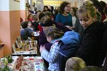 Chodby školy  tuto středu zaplnily davy rodičů, kteří se v předvánočním období přišli podívat na práce svých dětí.