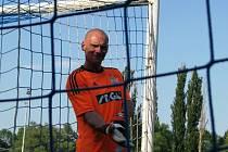 Velvary v pohodové atmosféře porazily Lhotu 3:1, domácí gólman Majtaník měl dobrou náladu.