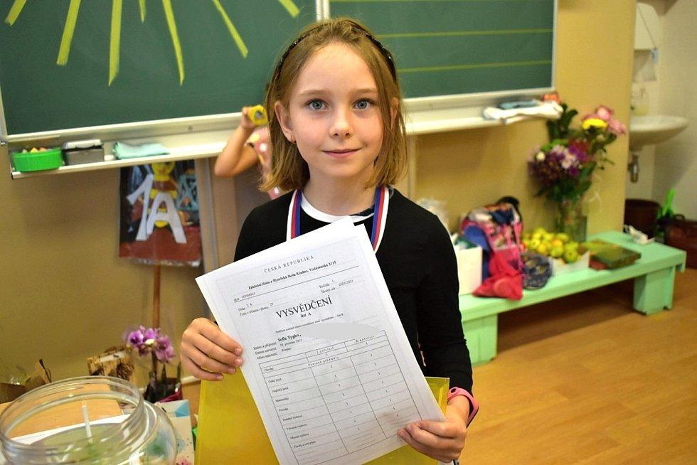 Předávání vysvědčení v základní škole ve Vodárenské ulici v Kladně.