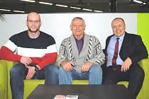 Pavel Šedivý (uprostřed) zvažuje, zda se na stará kolena nevrátí k závodní kulturistice. Veteránské soutěže ho lákají. Vlevo je David Fechtner, vpravo Petr Šikola.