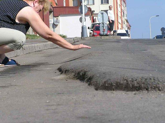 TANKODROM. Spíše než silnici připomíná povrch vozovky v ulici Maxe Švabinského v centru Kladna vlnobití. Místní lidé uvádějí, že komunikace je v tomto stavu nejméně tři roky.