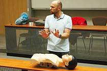 Učte se od profesionálů! Tak zní název kurzů první pomoci včetně neodkladné resuscitace, které středočeští záchranáři nabízejí veřejnosti.