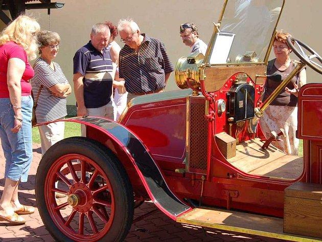VETERÁNI V LÁNECH. Krásný Renault z roku 1905 byl nejstarší automobil a zároveň také nejobdivovanější v závodním poli.