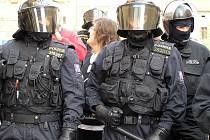Policejní těžkooděnci jsou v pohotovsti i při srazech radikálů v Kladně.