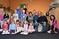 Jakub Drda, syn slavného českého spisovatele, Jana Drdy, četl dětem pohádky z tatínkovy knížky ve školce Montessori v Kladně.