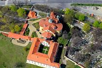Slaný, karmelitánský klášter s kostelem Nejsvětější Trojice.