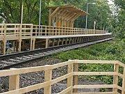 Nové provizorní dřevěné nástupiště v Gymnasijní ulici bude od neděle sloužit cestujícím na železniční trati z Praha – Kladno. Nádraží v Dejvicích bude úplně uzavřeno.