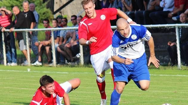 Jan Brož (v červeném uprostřed) uvažoval o konci kariéry, ale do týmu Tuchlovic se vrátil.