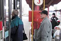 Oslovení regionální autobusoví přepravci zatím v souvislosti s poklesem cen pohonných hmot o snižování jízdného neuvažují, léčí si rány způsobené drahou naftou v minulých měsících.