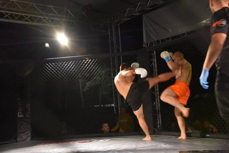 Galavečer MMA v areálu slánského letního kina.