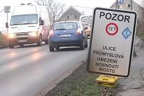 Průjezd přes most v Průmyslové ulici už je nějaký čas omezen pro těžkou nákladní dopravu.