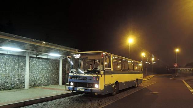 Na linku PID 322 byla v pondělí vypravena Karosa C 734 z roku 1986. Na snímku.
