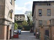 Objekt někdejší pekárny ve Slaném v Pražské ulici, kde žije romská komunita v neutěšených hygienických podmínkách. Právě tam se vyskytla žloutenka typu A.