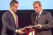 Tomáš Plekanec předal Miroslavu Machovi st. cenu Českého olympijského výboru Trenér objevitel.