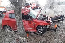 Osobní automobil narazil Jedomělic na Kladensku do stromu.