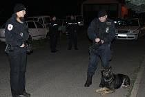 Na místo loupežného přepadení přijeli neprodleně strážníci, dále policisté, včetně psovoda a kriminálka