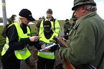 POLICISTKY v těchto dnech vyrážejí do terénu kontrolovat myslivce před zahájením honů.