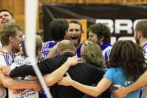 Kladenští borci se radují bezprostředně po vítězném míči / Brownhouse Volleyball.cz Kladno - Dukla Liberec 3:2 , 4. finalový zápas Vol. Kooperativa elh mužů 2009/10