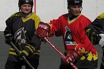 Nezdolný Jan Fabinger z Torpeda (vlevo) narazim na třebízského rychlíka Aleše Maťátka.