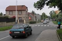 Silnice v rozdělovské Vašíčkově ulici připomíná spíše tankodrom. Po dlouhé době bude kompletně opravena. Radní také plánují stavbu obchvatu, jenž by frekventované komunikaci ulehčil.
