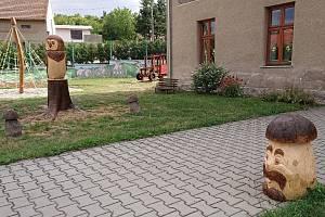 Prostranství před knovízskou mateřskou školou zdobí hříbek a sova.