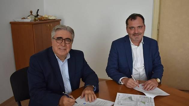 Slánský starosta Martin Hrabánek (vpravo) při podpisu smlouvy s jednatelem společnosti F&S Invest Mustafou Türkmenem.