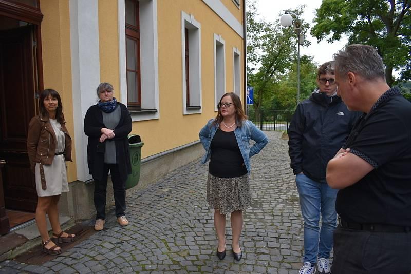 Zcela vlevo na snímku druhá odvolaná ředitelka vranské malotřídky Štěpánka Vítová.