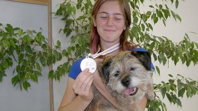 Stříbrnou medaili na Mistrovství Evropy v agility družstev získala šestnáctiletá Alena Vocelková z Kladna se svou fenkou Aida.