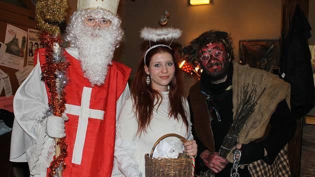 Mikulášové, čerti a andělé ve slánských ulicích. 5. prosince 2012