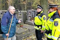 STRÁŽNÍCI KONTROLUJÍ kladenské hřbitovy.