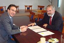 Ředitel společnosti Omar Koleilat (vlevo) ujistil kladenského primátora Dana Jiránka o tom, že investoři splní všechny podmínky, které požaduje město.