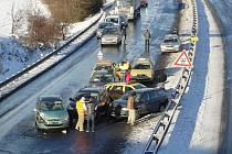 Hromadná havárie v pondělí na několik hodin zablokovala silnici R7 ve směru na Prahu.