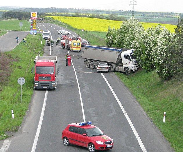 Tragická dopravní nehoda se stala na rychlostní komunikaci R7 u Slaného krátce po čtrnácté hodině. Na místě zahynul třiatřicetiletý řidič favoritu.