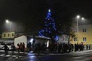 Vánoční strom se o víkendu rozzářil také v Srbech.