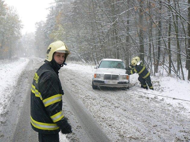 Sněžná sobota hasiče zaměstnala.