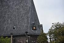 Střechu kostela už opravují.