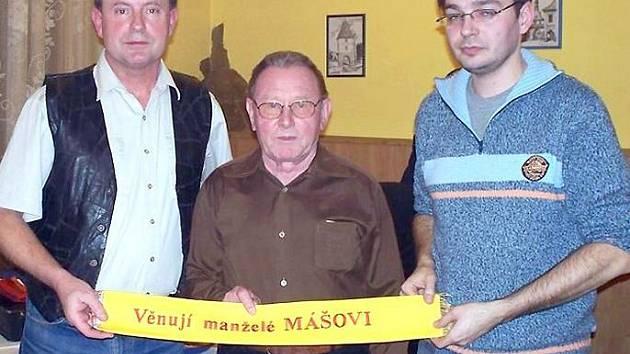 Nejstarší člen sboru Antonín Máša předal za sebe i manželku svým kolegům pamětní stuhu k praporu.