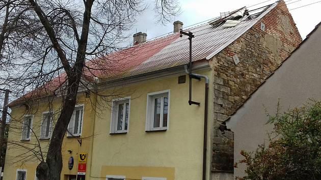 Vichřice odnesla Černuckým střechu úřadu, už mají novou.