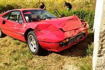 Závody narušila nehoda automobilu značky Ferrari. To řídil cizinec a naboural s ním do zastávky.