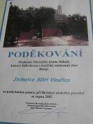 Pamětní desku mají dodnes dobrovolníci z Vinařic uschovanou v klubovně.