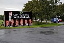 Odpůrci předvolebních poutačů tvrdí, že jejich umístění v Lidicích vrhá špatné světlo na pietní území a jsou nebezpečné.