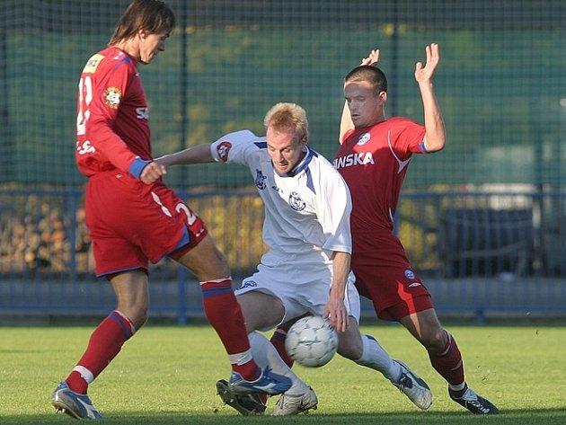 Coby středopolař se Ondřej Szabo často dostane do kleští, jako tady proti brněným hráčům.
